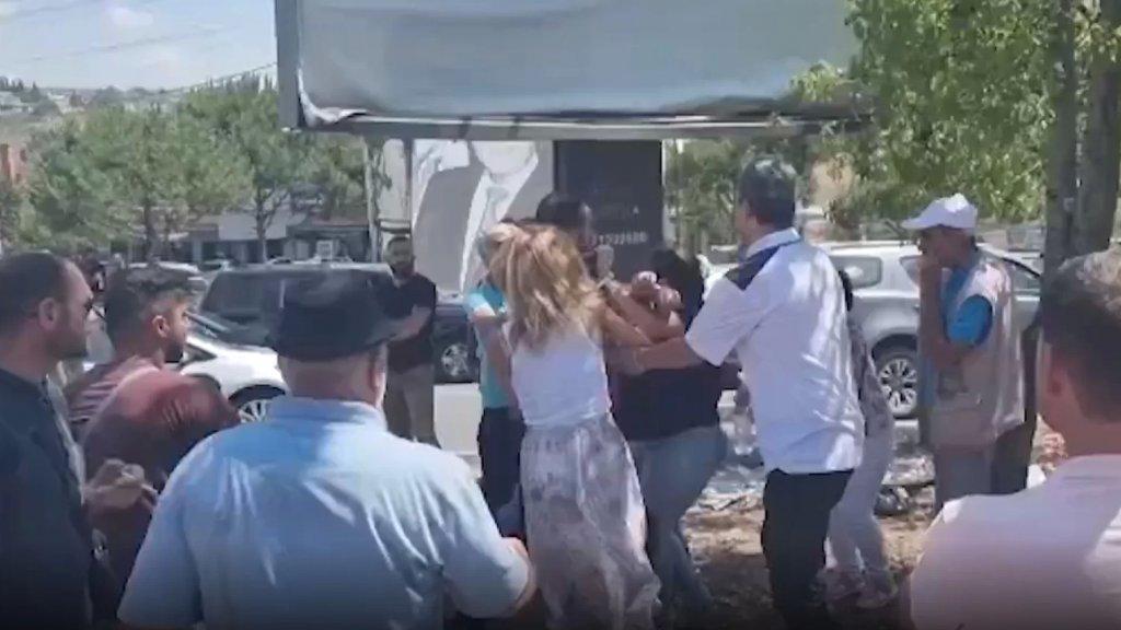 بالفيديو/ اشكال عند دوار كفررمان ـ النبطية بين شبان محتجين وآخرين علقوا بزحمة السير!