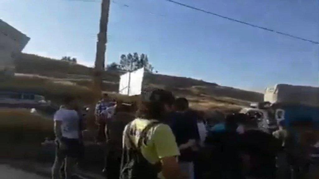 بالفيديو/ قطع طريق المصنع