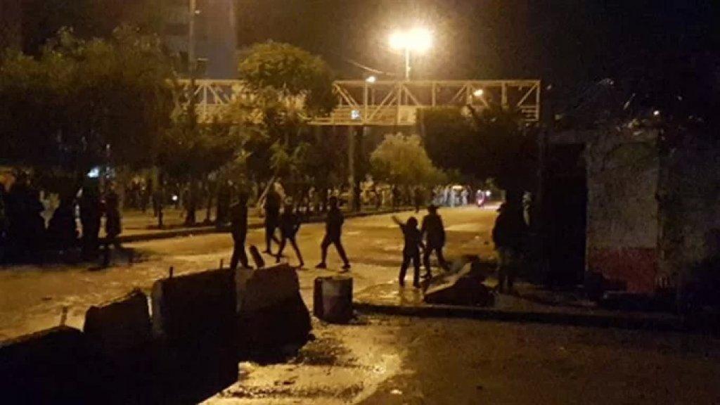محتجون رموا مواد حارقة على سراي طرابلس ونفذوا وقفات أمام منازل سياسيين