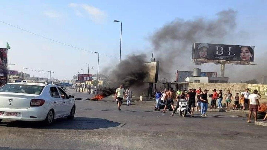 محتجون قطعوا الطريق بالإطارات المشتعلة عند السفارة الكويتية ببيروت