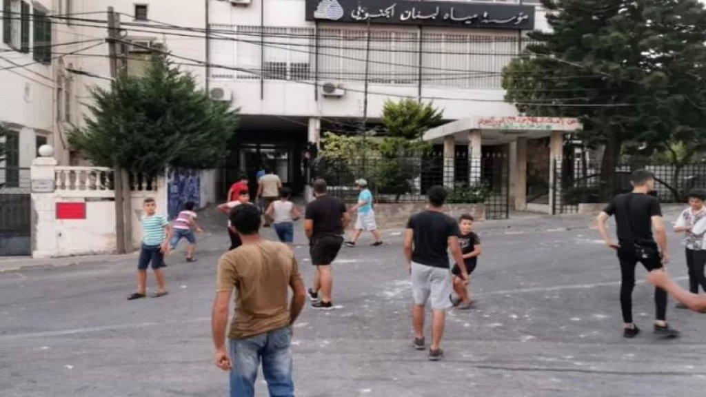 محتجّون يرشقون مبنى مؤسسة مياه لبنان الجنوبي في صيدا بالحجارة
