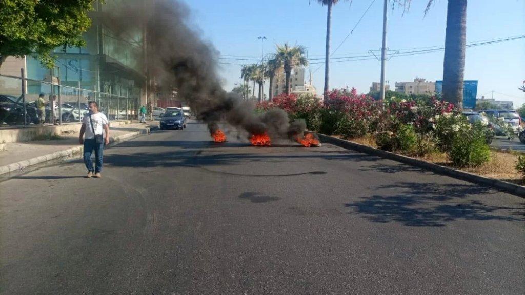أحد أصحاب معارض السيارات قطع الاوتوستراد الشرقي في صيدا احتجاجاً على تكبد القطاع خسائر متكررة