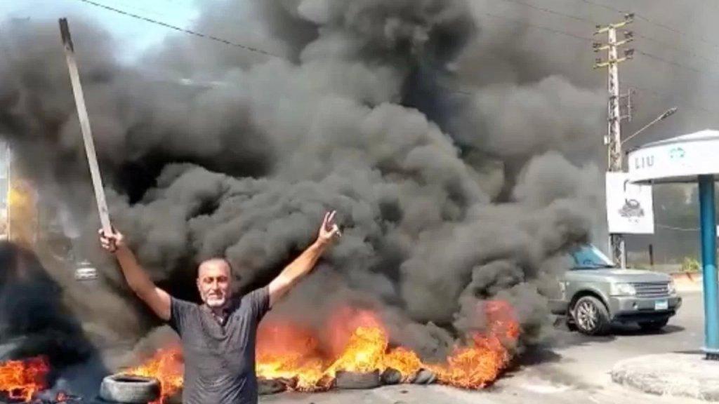 محتجون قطعوا طريق مدخل صور الشمالي عند دوار العباسية بإتجاه صيدا بالإطارات المشتعلة