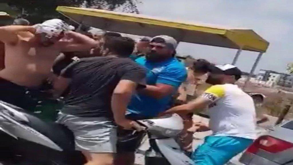 بالفيديو/ إشكال واصابات عند محطة في عين بعال في صور بسبب تعبئة البنزين
