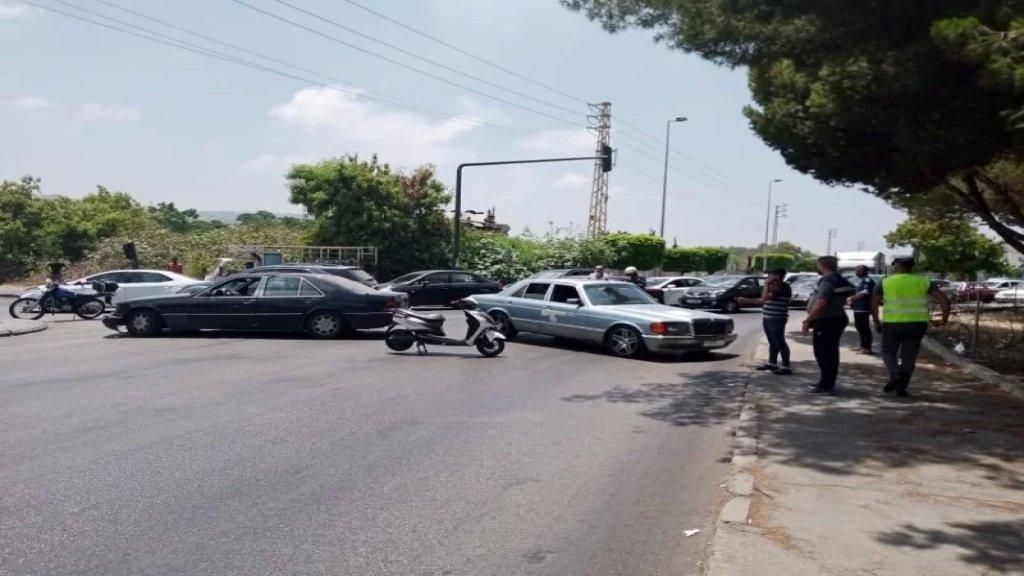 صاحب مولدات يقطع الطريق عند دوار العربي في صيدا بعد نفاد مخزون المازوت لديه