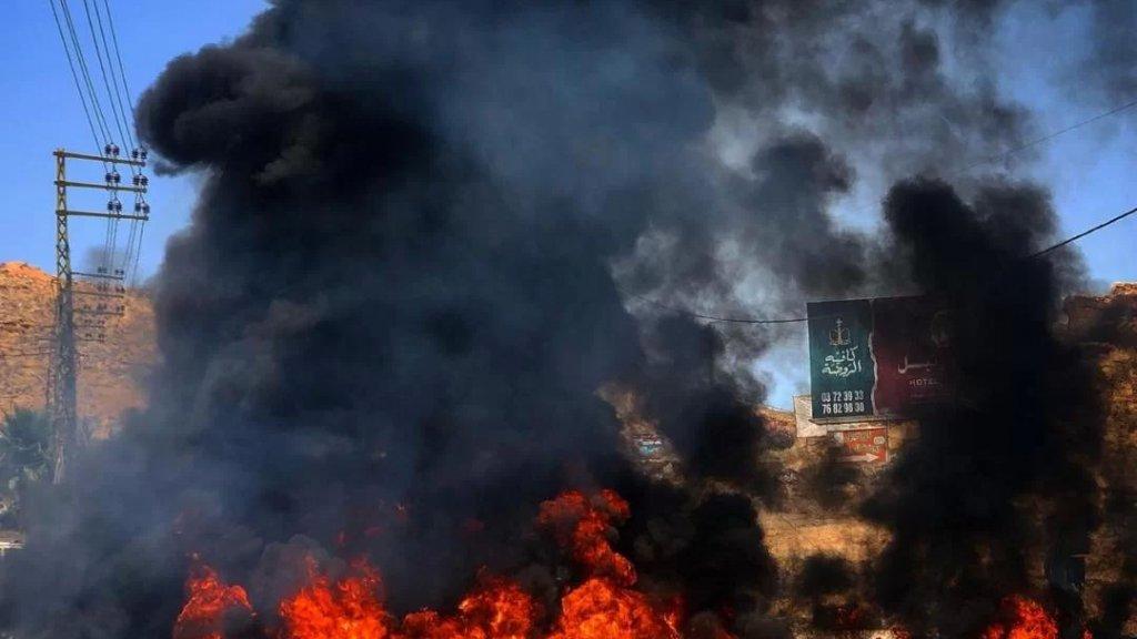 بالصور/ قطع الطريق العام في مدينة الهرمل في محلة جسر العاصي احتجاجا على تردي الاوضاع المعيشية وانقطاع مادتي البنزين والمازوت