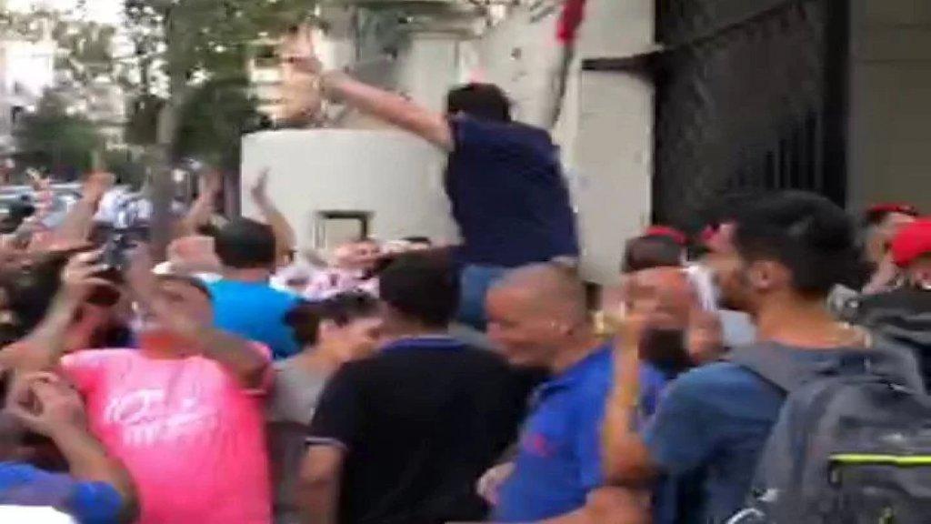 بالفيديو/ لحظة خروج رئيس ومدير جمعية بنين محمد بيضون من ثكنة الحلو