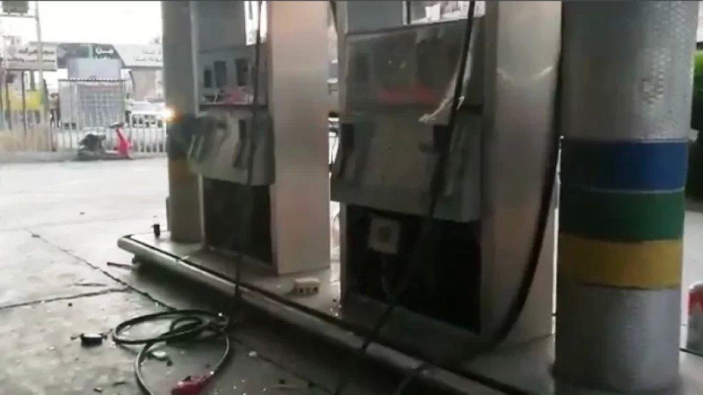 حطموا محطة محروقات بعدما تبين أن صاحبها يخزن البنزين والمازوت ويمتنع عن تزويد المواطنين بهما
