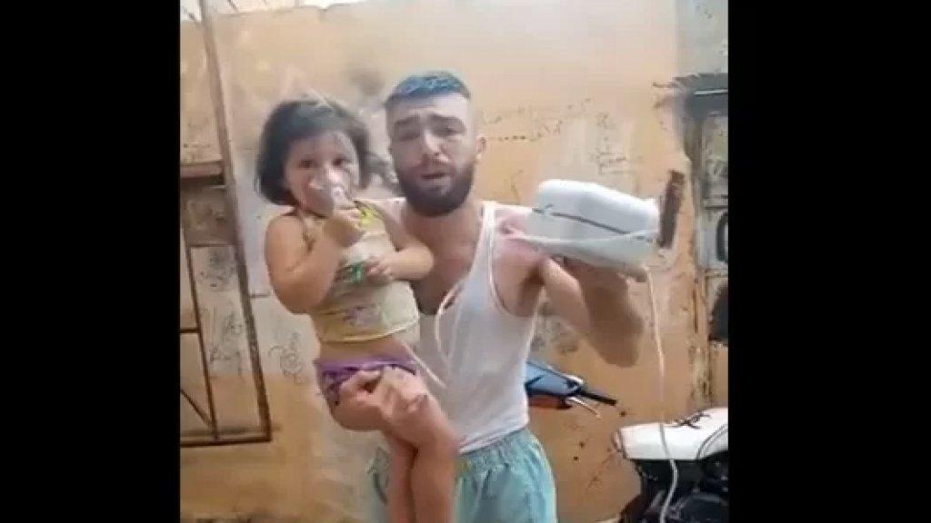 """بالفيديو/ """"ما في كهرباء ولا اشتراك البنت عم تروح من بين ايديي""""... شاب يناشد حاملاً طفلة تضع ماكينة الأوكسجين!"""