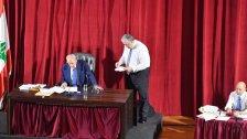 بالصور/ الرئيس برّي تسلم خلال الجلسة التشريعية ورقة حول الوضع في طرابلس