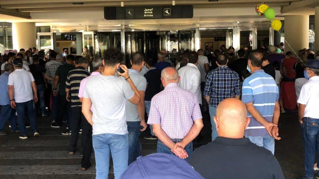 من مشاهد الزحمة في مطار بيروت بسبب إقفال صالات الإنتظار منعًا للإكتظاظ في الداخل