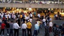 """زحمة في مطار بيروت..المسافرون ينتظرون عند المداخل بسبب إقفال صالات الإنتظار حرصًا على """"التباعد الإجتماعي"""" (لبنان 24)"""