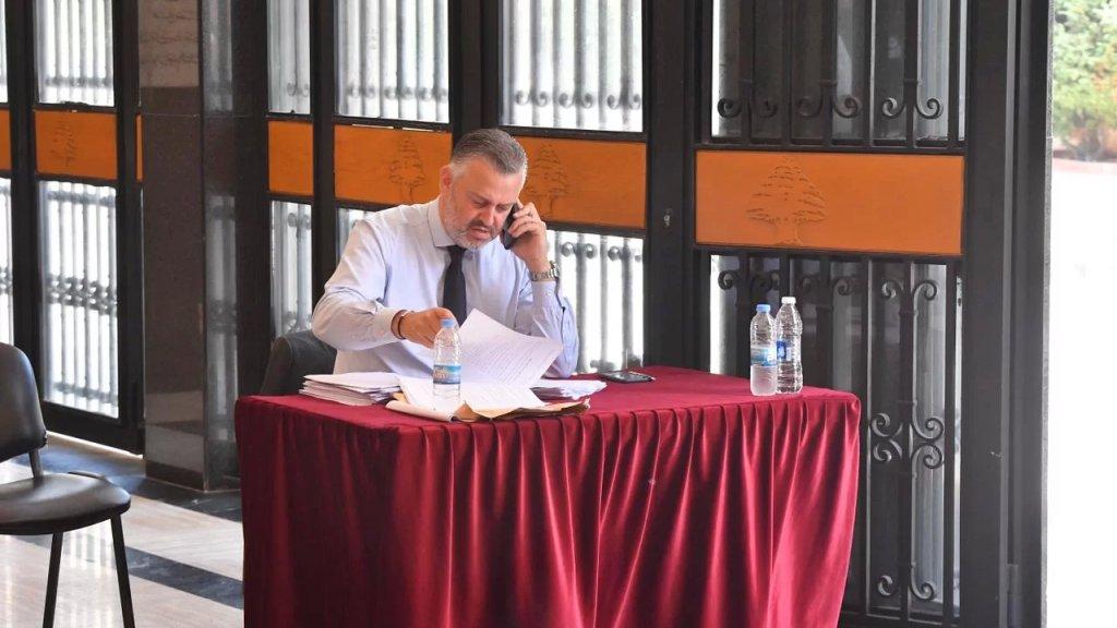 """بالصور/ أجهزة التكييف معطلة.. النائب هادي حبيش يترك قاعة المجلس """"طلباً للهواء"""""""