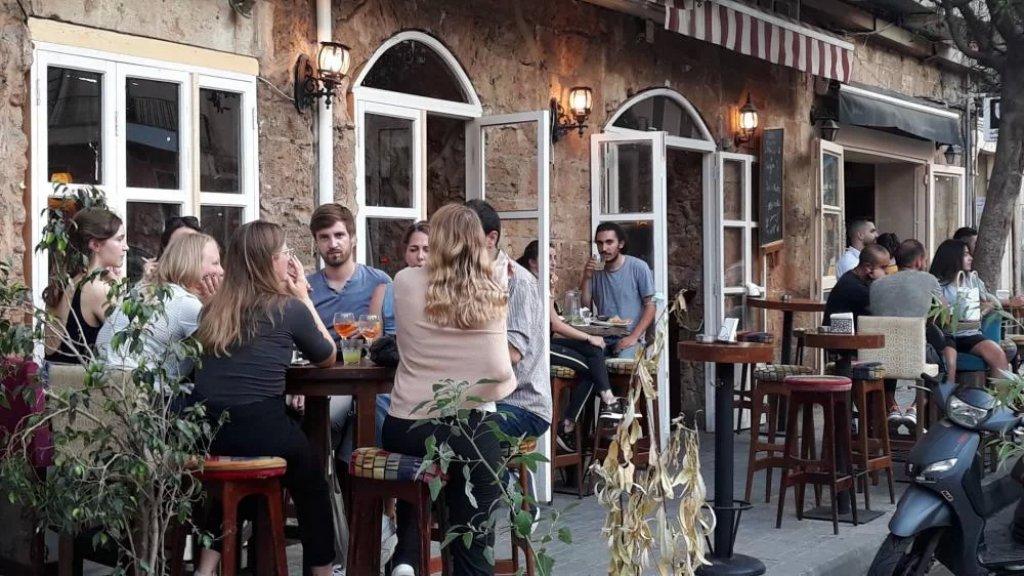 المقاهي مكتظة حتى آخر كرسي وآخر طاولة.. ليل الأشرفية أقوى من العملة الصعبة
