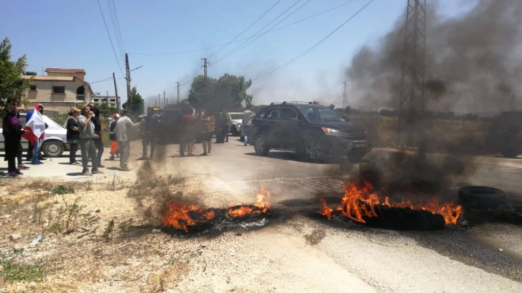 قطع طريق عام مرجعيون بنت جبيل عند نقطة تل نحاس بالاطارات المشتعلة