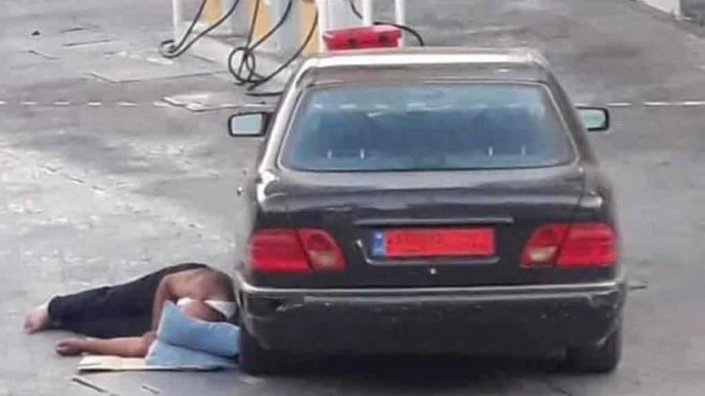 صورة مؤلمة تلخص واقع الحال... افترش الأرض قرب سيارته ونام أمام المحطة!