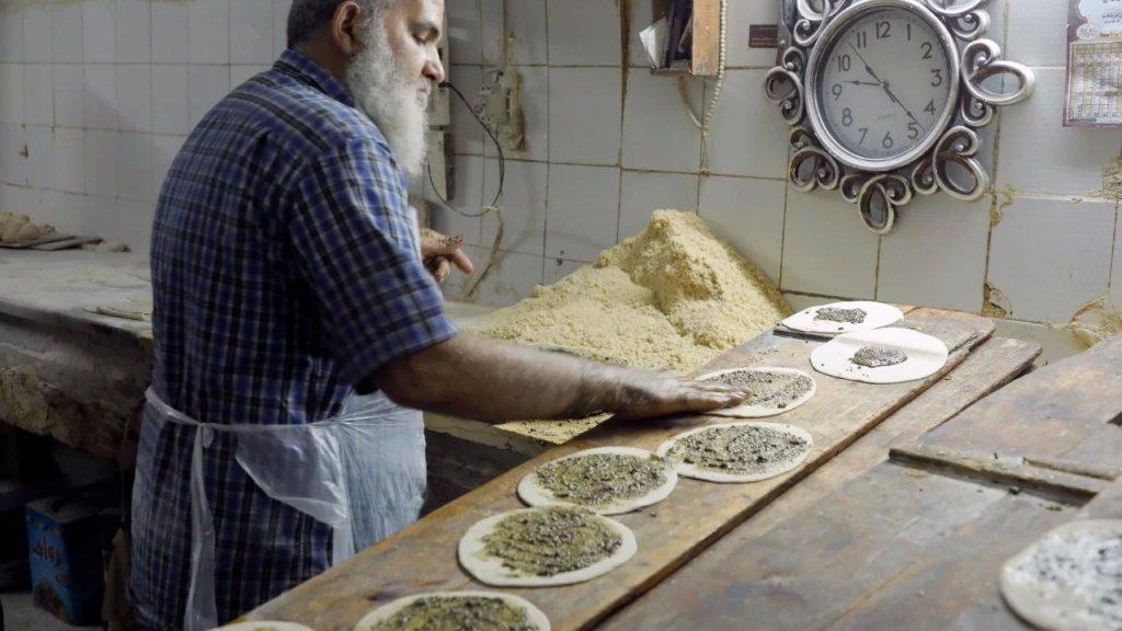 """بين من يستغل الأزمة للإحتكار ومن يَرحم كي يُرحم.. المنقوشة عند المعلّم """"أبو ديب"""" في طرابلس بـ500 ليرة"""