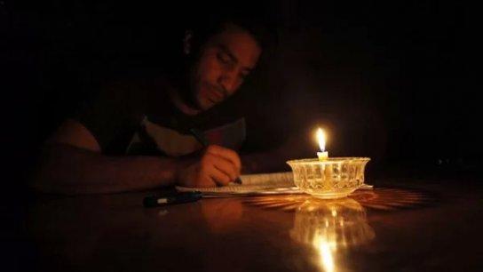 """الطلاب في لبنان يرفضون إجراء الإمتحانات.. """"حتى الشموع لا نستطيع شراءها، عم ندرس ع ضو """"الولّاعة""""!"""
