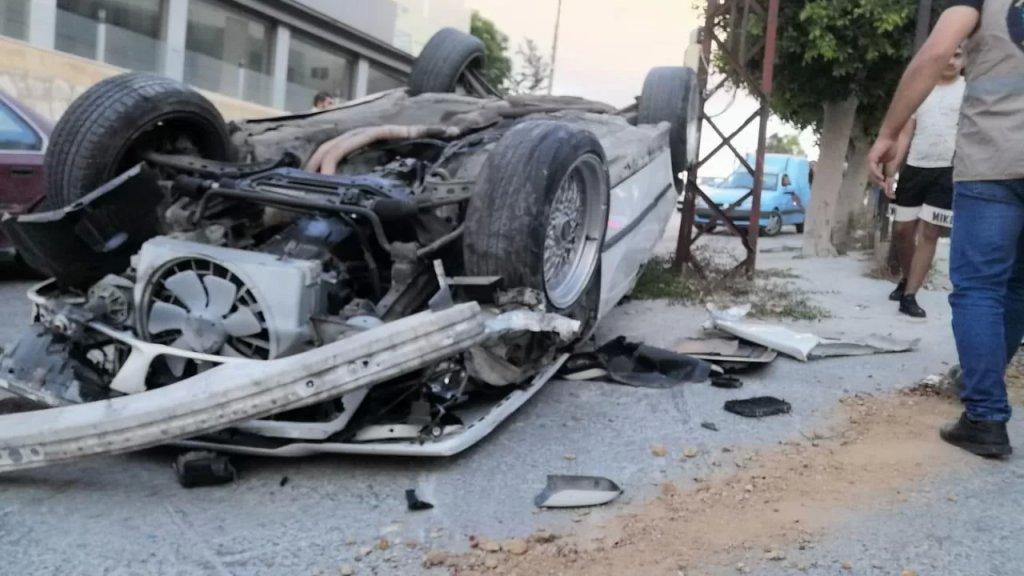 بالفيديو/ وفاة شاب سوري (22 عاما) وإصابة لبناني بحادث سير على طريق عام كفردجال... السيارة ارتطمت بعامود كهربائي وانقلبت بهما
