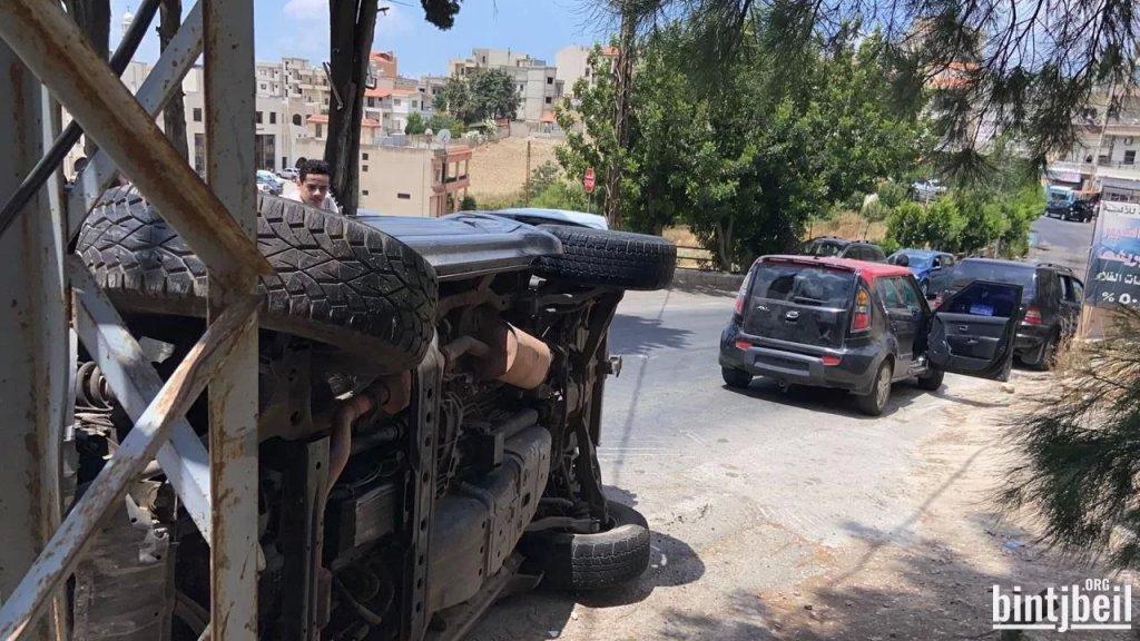 بالصور/ إنقلاب سيارة في مدينة بنت جبيل والعناية الالهية حالت دون وقوع اصابات