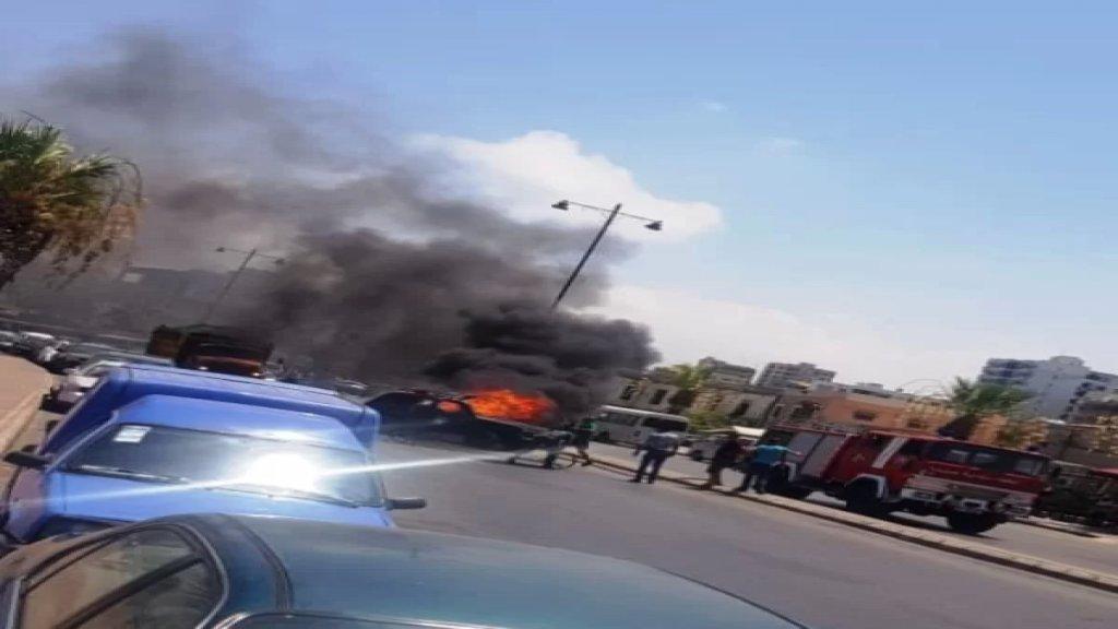 مواطن أحرق سيارته وسط الطريق في صيدا بسبب أزمة البنزين