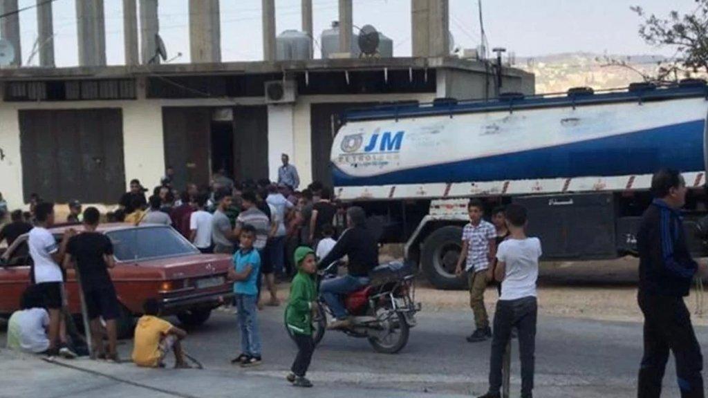 بالصور/ شبان في وادي خالد العكارية يعترضون صهريج مازوت لتوزيع الحمولة على الاشتراكات!