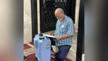 بالصورة/ رجل مصاب بمرض الربو لجأ الى المسجد فجراً لتشغيل آلة الأوكسجين لعدم توفر الكهرباء ولا الاشتراك بمنزله