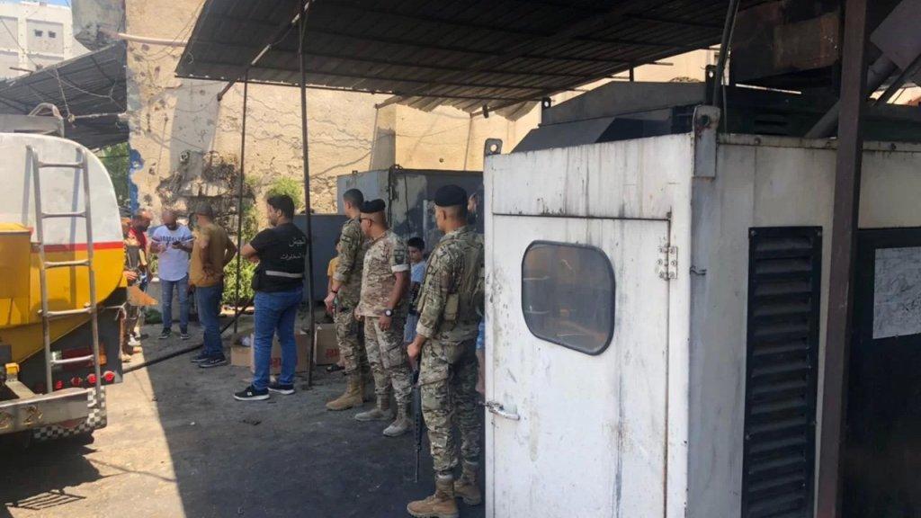 بالصور/ الجيش يُوزع المازوت على أصحاب المولدات في التبانة وجبل محسن والقبة وابو سمرا في طرابلس