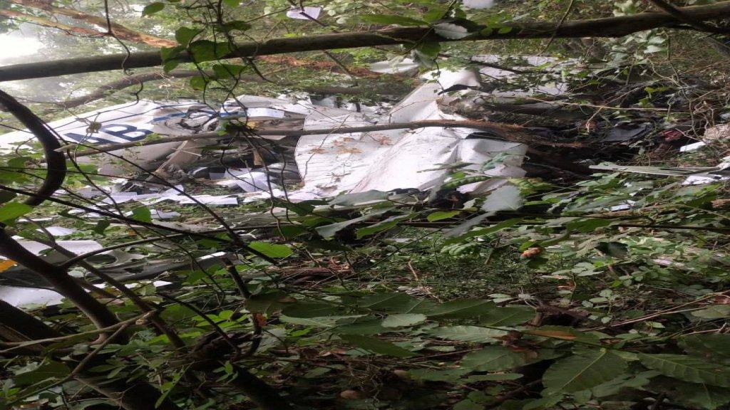 بالصور/ سقوط طائرة مدنية في احد احراج غوسطا