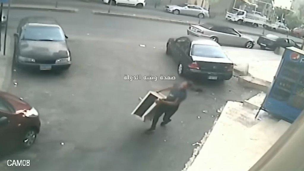 """احذروا سرقة مكيفاتكم.. كاميرا المراقبة ترصد لصًا يسرق """"مُكيّف"""" في منطقة طريق الجديدة"""