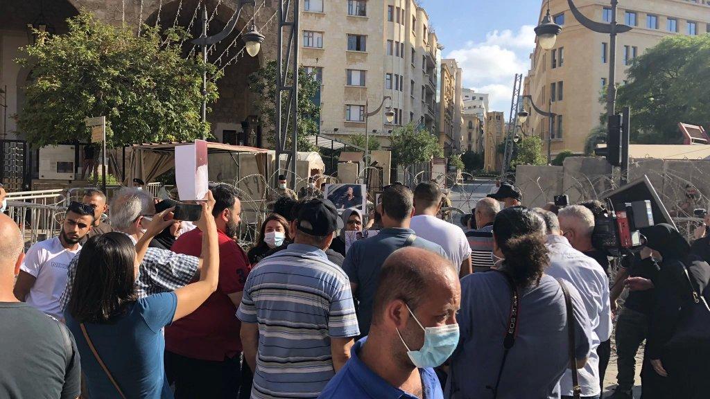 """عدد من أهالي ضحايا إنفجار مرفأ بيروت انطلقوا بمسيرة سيارة تشمل مجلس النواب ووزارة الداخلية بالإضافة الى نقطة ثالثة لم يتم الافصاح عنها واصفين إياها بـ """"المفاجأة"""""""