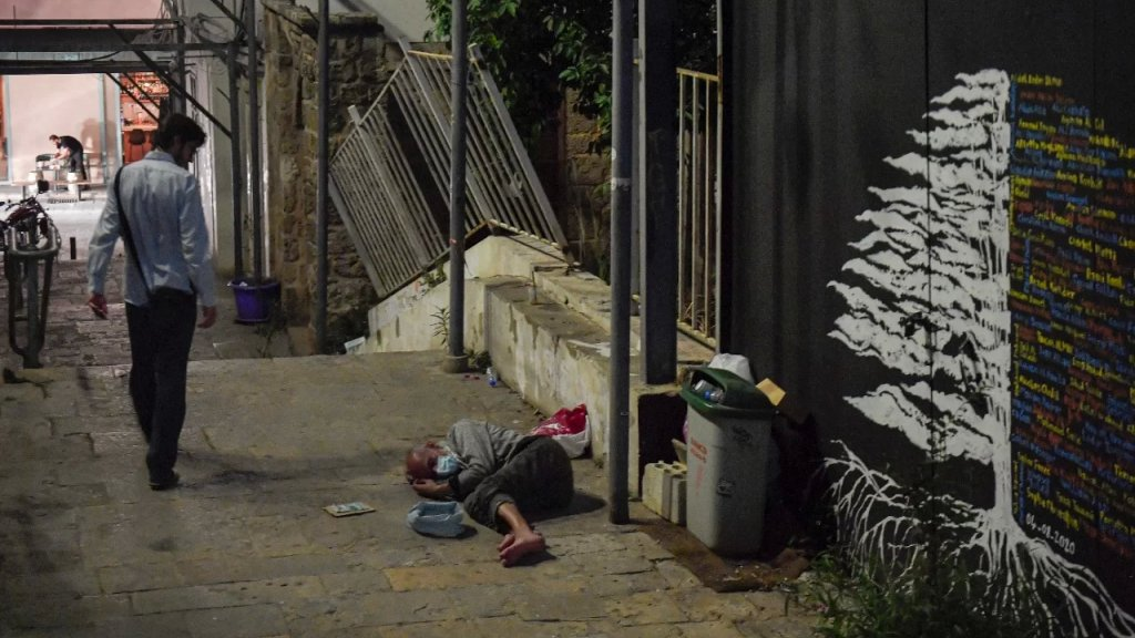 من الشارع... مسن مهمش يفترش الرصيف في الجميزة والأرزة خلفه!
