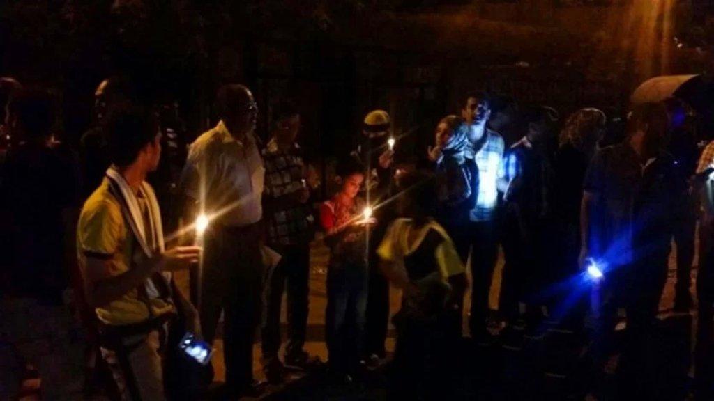 غضب عارم وإغلاق للشوارع.. ارتفاع عدد ساعات انقطاع الكهرباء يؤجج الغضب الشعبي في عدن في اليمن
