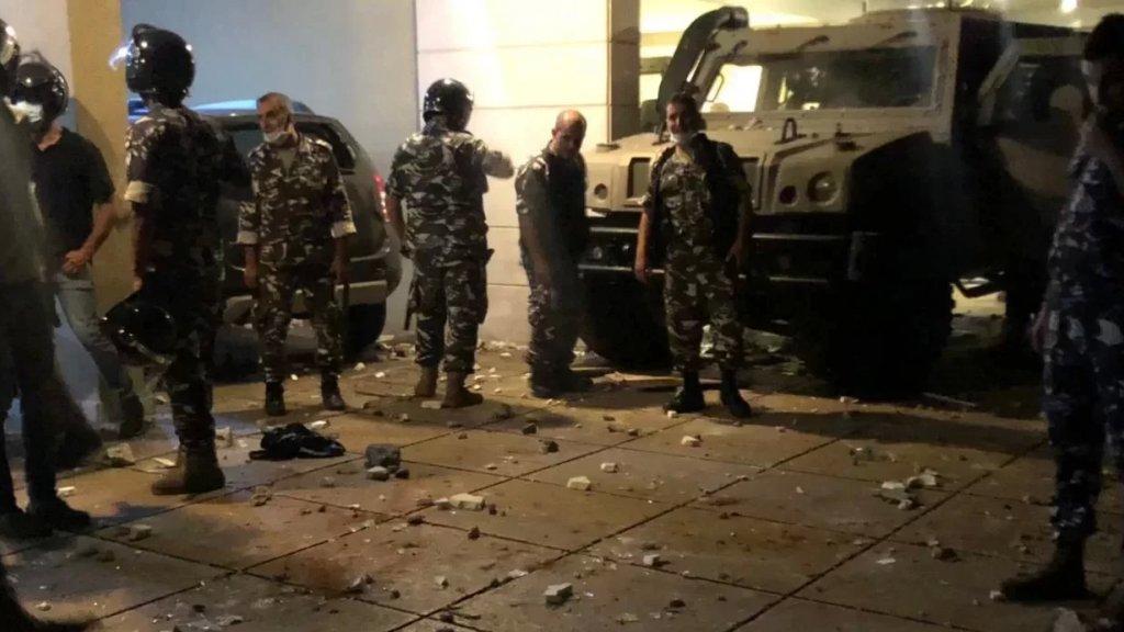 بالصور / المشهد من امام مدخل المبنى الذي يقطنه الوزير فهمي بعد سيطرة قوى الأمن عليه