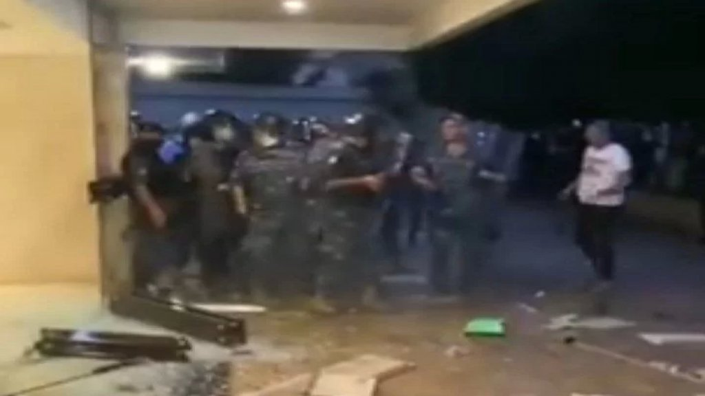 قوى الامن تنشر فيديو يظهر فيه تحطيم مدخل مبنى منزل وزير الداخلية: وقع حتى الآن ٢٠ إصابة  في صفوف العناصر