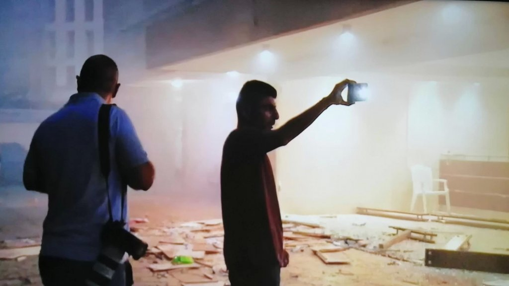 مدخل المبنى الذي يسكنه وزير الداخلية محمد فهمي بعد تكسير بوابته الزجاجية