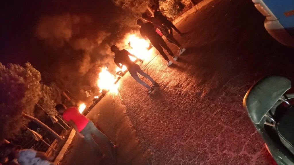 شبان قطعوا الطرق في عدة قرى وبلدات منطقة الزهراني اعتراضًا على انقطاع الكهرباء