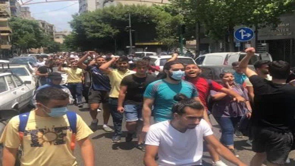 طلاب اعتصموا امام منزل الرئيس دياب في تلة الخياط مطالبين بالغاء امتحانات شهادة المرحلة الثانوية