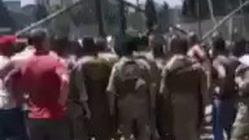 بالفيديو/ توتّر بين المواطنين الذين يطالبون بمازوت لمولدات الاشتراك والجيش أمام مدخل مصفاة طرابلس