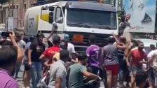 بالفيديو/ شبان في منطقة المساكن اعترضوا صهريج محروقات
