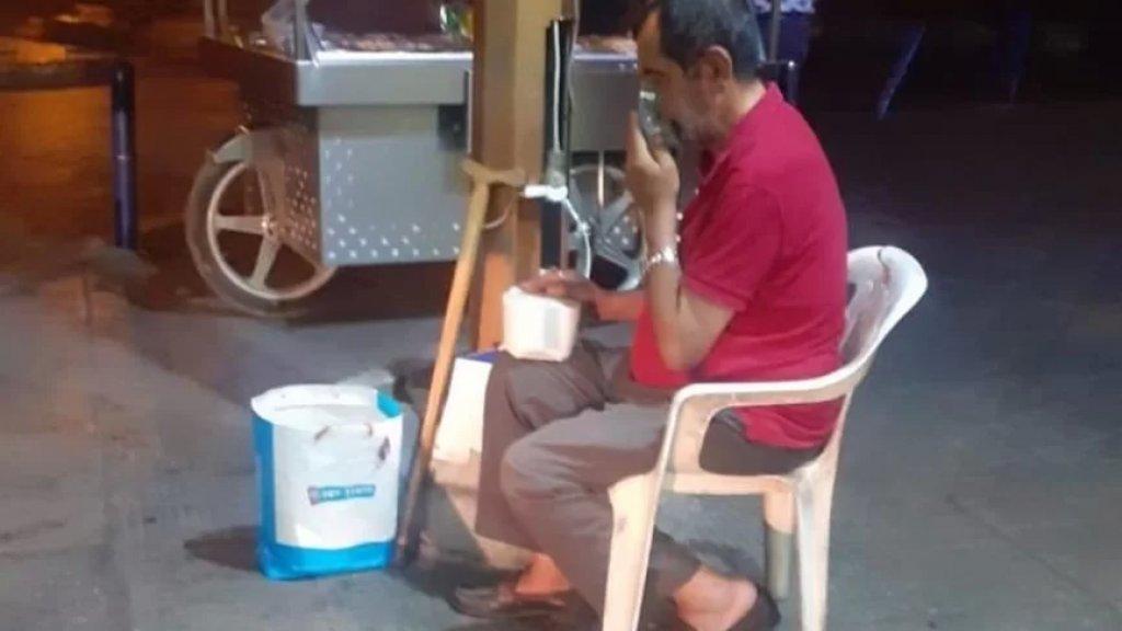 صورة متداولة من طرابلس.. لجأ إلى الصيدلية بحثاً عن الكهرباء لتشغيل آلة الاوكسيجين