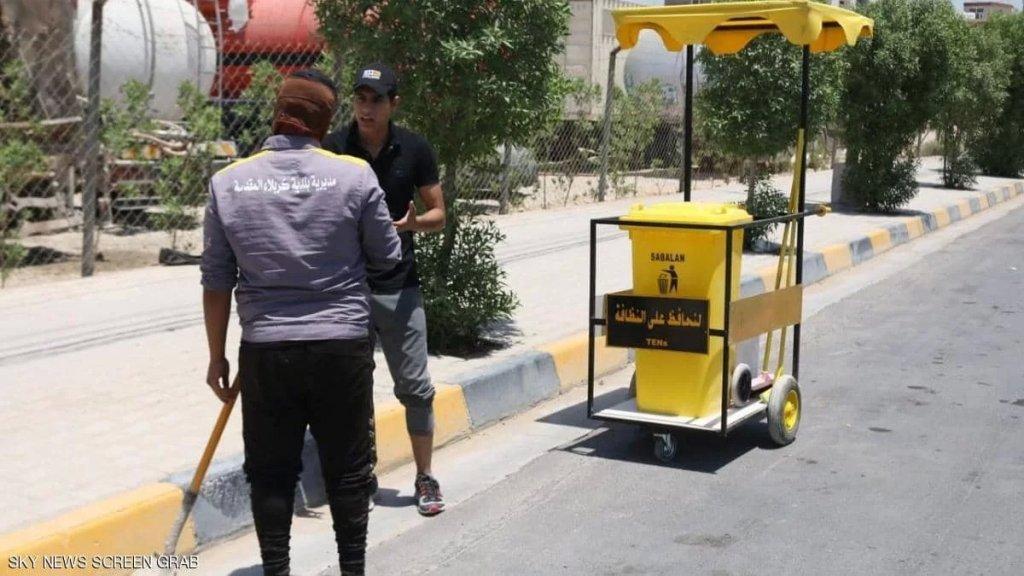 """""""شكراً"""".. عربة ومبادرة لحماية عمال النظافة في العراق: """"لإنصاف هذه الطبقة المسحوقة من العمال... فوقها مظلة تقيهم من الشمس ويمكن وضع أدوات التنظيف داخلها مع وجود صندوق براد"""""""