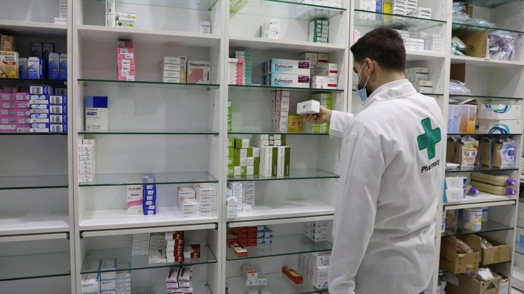 """""""مجزرة أسعار بالصيدليات"""".. أزمة الدواء تعصف بلبنان: """"أصبح من الصعب علينا الحصول على أدوية المسكنات، وغيرها الكثير"""""""