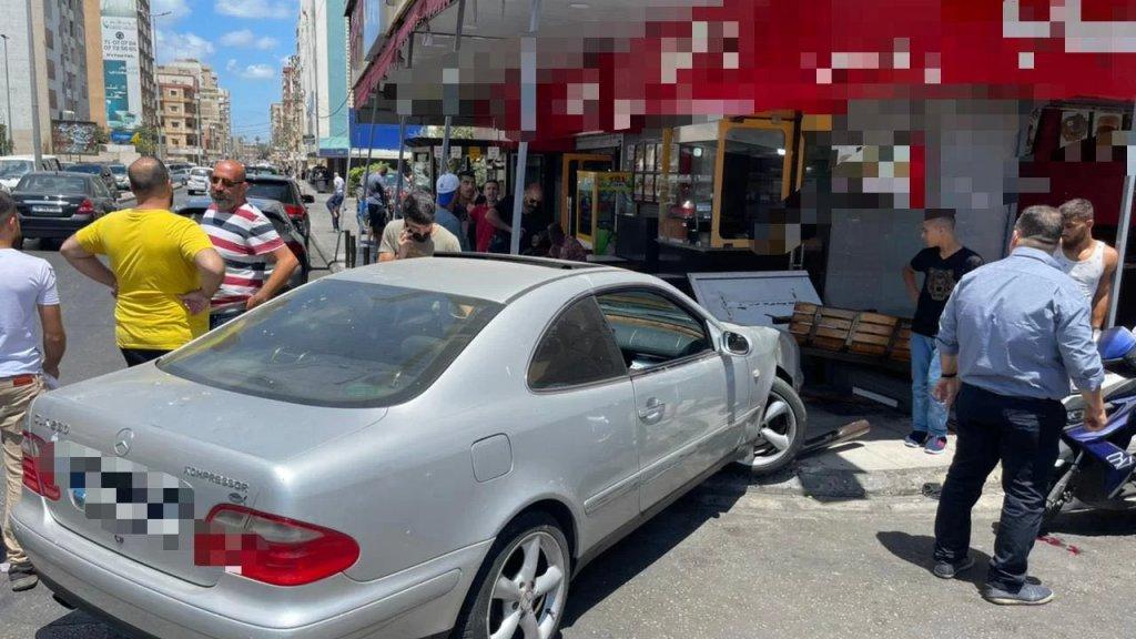 بالصور/ سيارة تقتحم مطعمًا لبيع الفلافل في صيدا ونقل جريح إلى المستشفى كان متواجدًا داخله
