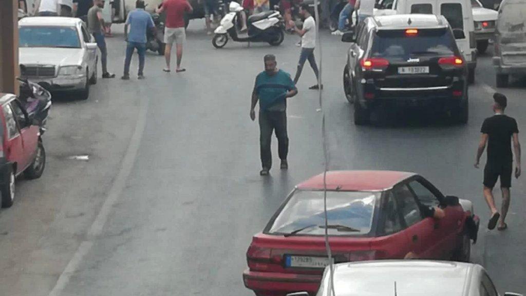 أحد أصحاب المولدات في معركة قطع الطريق احتجاجاً على نفاد المازوت... والبلدة تشهد حالة من الهرج والمرج!