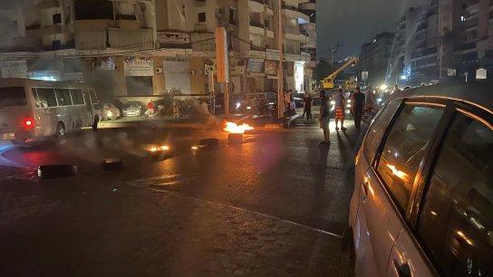 بالفيديو/ قطع الطريق على دوار الكفاءات احتجاجاً على انقطاع الكهرباء .