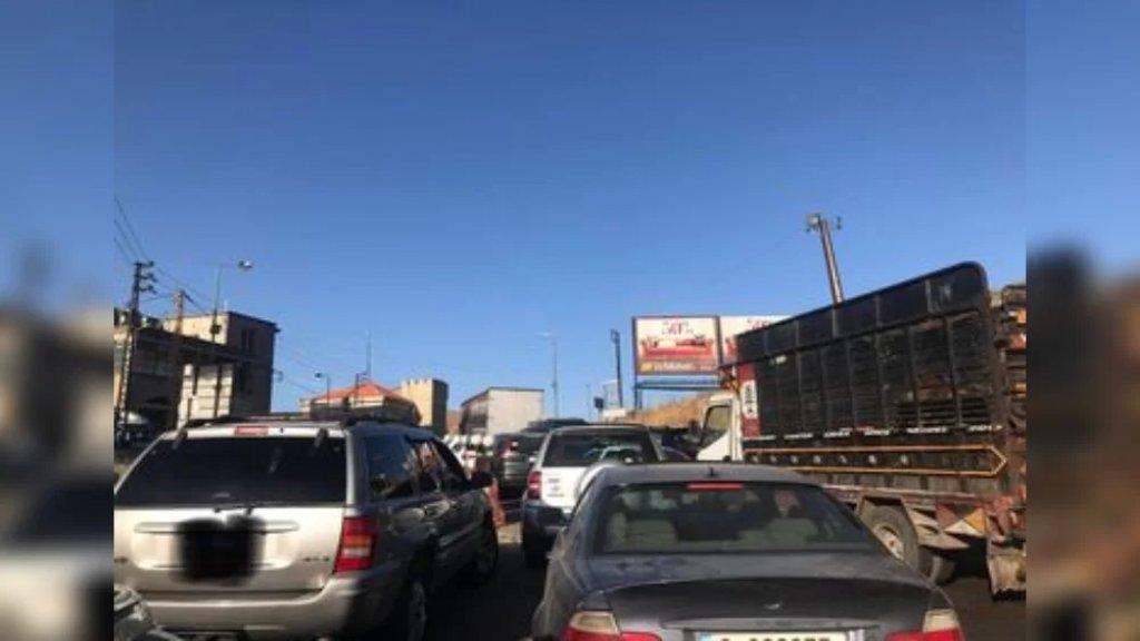 عدد من التلامذة البقاعيين والمراقبين لم يتمكنوا من الوصول إلى مراكز الإمتحانات في بيروت نتيجة إقفال طريق ضهر البيدر