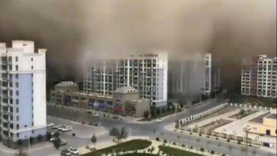 """بالفيديو/ """"عاصفة رملية"""" تضرب مدينة صينية وتحول سماءها للون البرتقالي"""