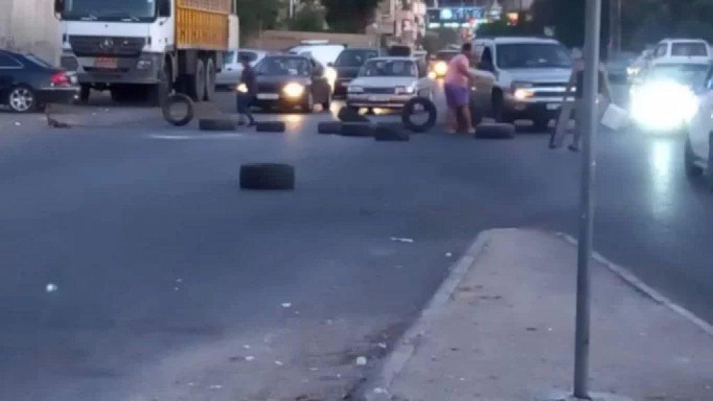 مواطنون غاضبون قطعوا طريق القياعة بالاطارات والمستوعبات والعوائق احتجاجا على انقطاع الكهرباء ومولدات الاشتراكات بسبب نفاد المازوت