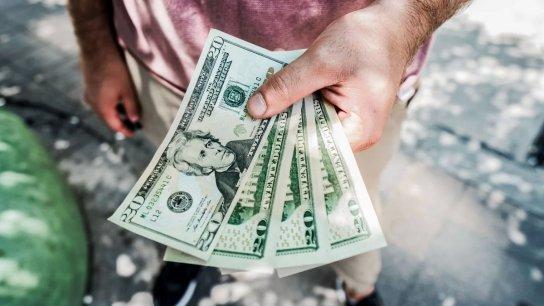 خبير اقتصادي يُحذّر: لا تبيعوا دولاراتكم ولا تنخدعوا بانخفاض سعر الصرف!